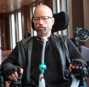 Jonathan Marchand, il est en fauteuil roulant électrique et utilise un appareil respiratoire